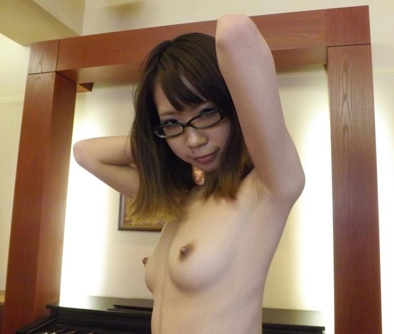 メガネ美女のM字開脚マ○コ画像 1