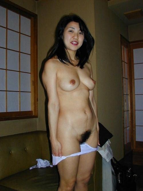 陰毛濃い目な清楚系美熟女のヌード画像 4