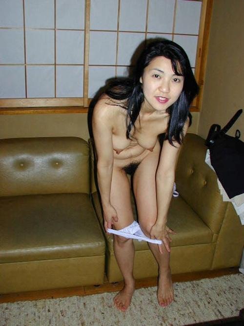陰毛濃い目な清楚系美熟女のヌード画像 5