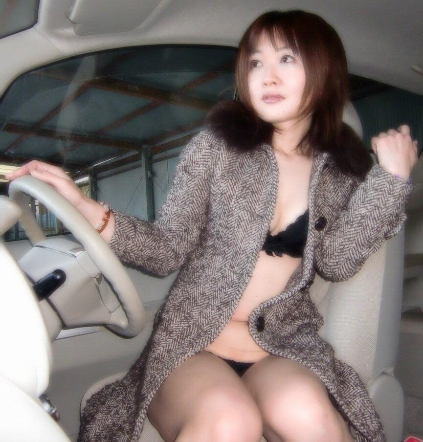 車内で撮った美人な彼女のヌード画像? 2