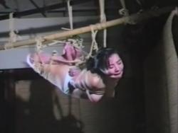 昭和風のむっちり黒髪お姉さんが全身ロープ緊縛状態で悶える変態プレイ - Pornhub.com - 200828-193136