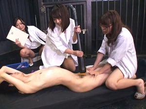 研究のため拘束M男のチンポを特殊掃除機で吸い込む痴女研究員たち。