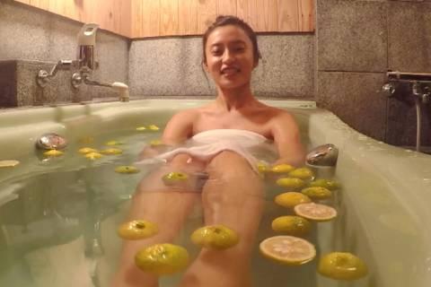小島瑠璃子、全裸ヌード入浴!タオル捲れてマンチラ放送事故wwwww【GIFあり】