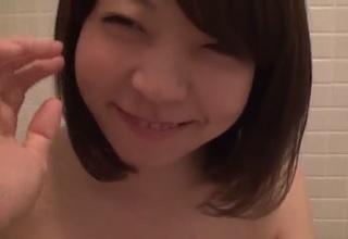 【無修正】超美人なシロウト娘にお風呂場でフェラ抜きしてもらった個人撮影の素人投稿
