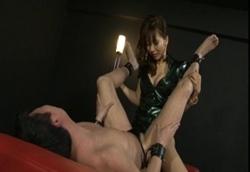 女王様の足裏を舐めロウ責めからのペニバンアナル挿入SEXでM男がイカされまくる1