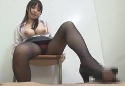 【痴女】黒パンスト巨乳OLがパンプスヒールでM男踏みつけチンポコキ!辻井美穂1