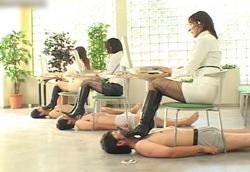【M男】黒ブーツ踏みつけM男フットレスト。2
